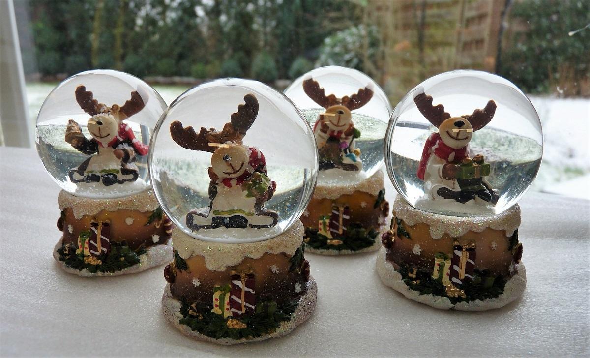4 verschiedene Schneekugeln mit Elch Weihnachts Motiven Kugel Ø 5 cm ...